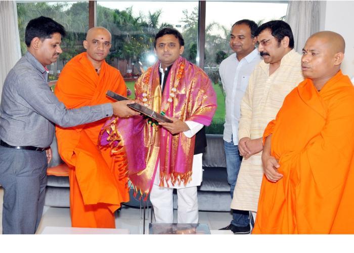 मुख्यमंत्री श्री अखिलेश यादव से 24.3.15 को लखनऊ में कर्नाटक के श्री निर्मलानन्द नाथ स्वामी ने भेंट की।