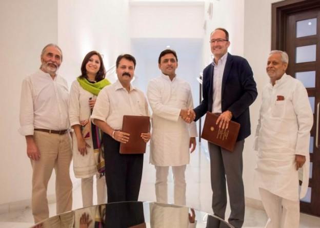 मुख्यमंत्री श्री अखिलेश यादव 24 सितम्बर, 2015 को अपने सरकारी आवास पर आइकिया इण्डिया के सीईओ श्री जुवेन्सियो मायज्टू के साथ।
