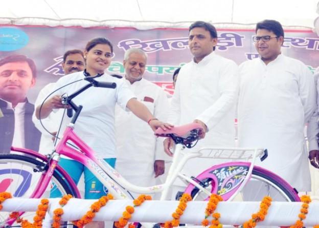 मुख्यमंत्री श्री अखिलेश यादव 02 अक्टूबर, 2015 को जनेश्वर मिश्र पार्क में गांधी जयंती पर आयोजित साइकिल रेस की एक खिलाड़ी को साइकिल प्रदान करते हुए।