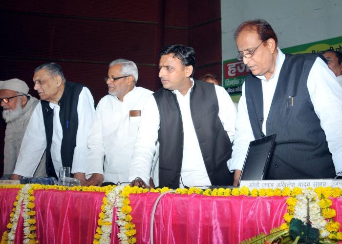 मुख्यमंत्री श्री अखिलेश यादव 24 मार्च, 2015 को लखनऊ में हज2015 के लिए आयोजित क़ुराअन्दाज़ीलाॅटरी कार्यक्रम का शुभारम्भ करते हुए।