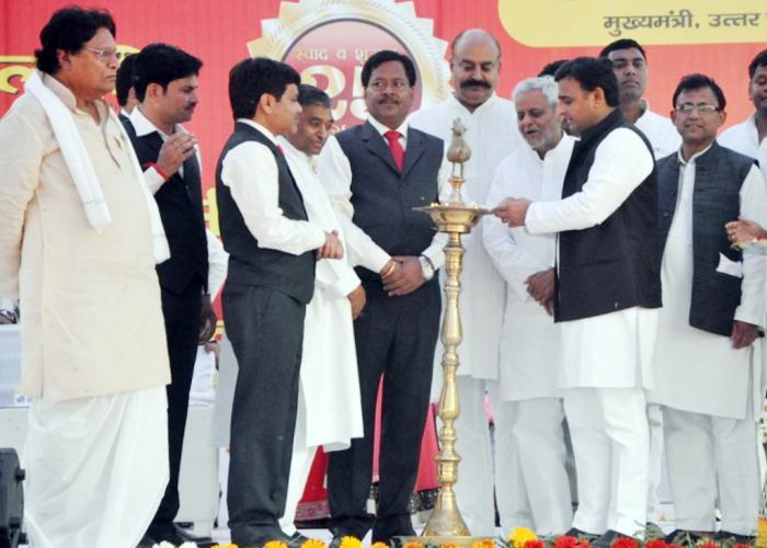 उत्तर प्रदेश के मुख्यमंत्री श्री अखिलेश यादव 02 अप्रैल, 2015 को आगरा में आयोजित कार्यक्रम का शुभारम्भ दीप प्रज्ज्वलित कर करते हुए।