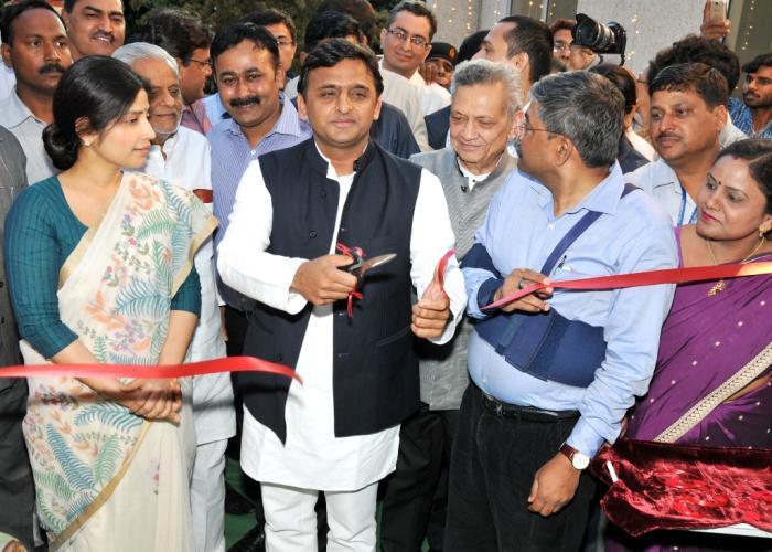 मुख्यमंत्री श्री अखिलेश यादव 5 अप्रैल, 2015 को पर्यटन भवन, लखनऊ में आयोजित 'इण्डोपाक लाइफ स्टाइल एक्जिबिशन एण्ड फूड फेस्टिवल' कार्यक्रम के शुभारम्भ अवसर पर।