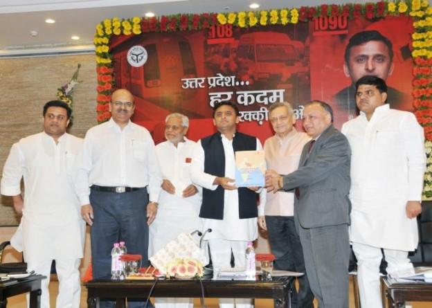 मुख्यमंत्री श्री अखिलेश यादव 6 अप्रैल, 2015 को उनके सरकारी आवास पर 'एसोचैम' के पदाधिकारी 'उत्तर प्रदेश इंचिंग टूवड्र्स डबल डिजिट ग्रोथ' रिपोर्ट की प्रति सौंपते हुए।