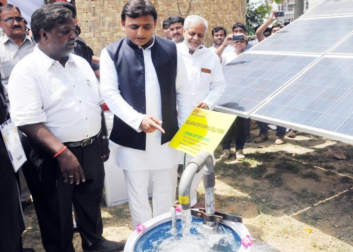 मुख्यमंत्री श्री अखिलेश यादव 24 अप्रैल, 2015 को लखनऊ में आयोजित 'नार्थ इण्डिया सोलर समिट 2015' के दौरान सौर ऊर्जा उपकरणों की प्रदर्शनी का अवलोकन करते हुए।