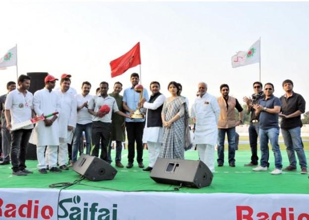 मुख्यमंत्री श्री अखिलेश यादव 25 अप्रैल, 2015 को के0डी0 सिंह बाबू स्टेडियम में इण्डियन ग्रामीण क्रिकेट लीग के फाइनल मैच की विजेता टीम को ट्राॅफी प्रदान करते हुए।