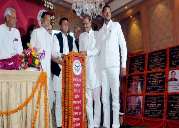 मुख्यमंत्री श्री अखिलेश यादव 2 मई, 2015 को समाजवादी आवास योजना के तहत बनने वाले आवासों का लखनऊ में शिलान्यास करते हुए।