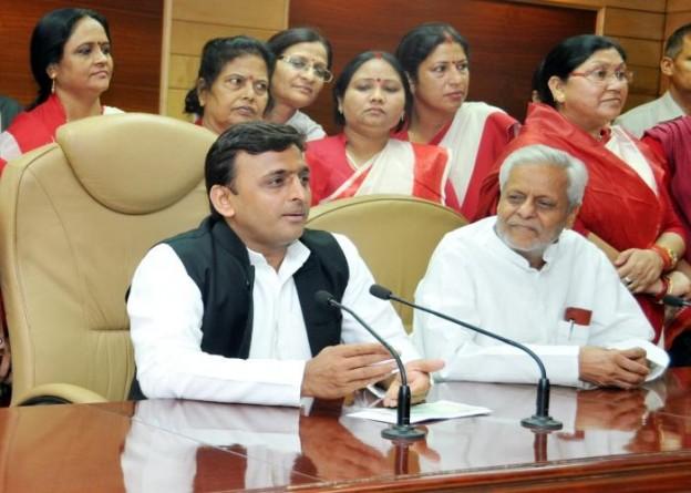 उत्तर प्रदेश के मुख्यमंत्री श्री अखिलेश यादव को 05 मई, 2015 को शास्त्री भवन स्थित मीडिया सेण्टर में मीडिया प्रतिनिधियों से वार्ता करते हुए।