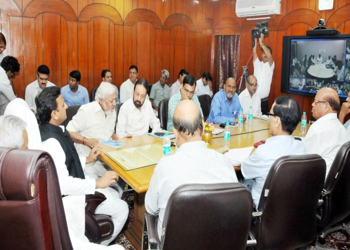 मुख्यमंत्री श्री अखिलेश यादव दिनांक 06 मई, 2015 को योजना भवन, लखनऊ में वीडियो काॅन्फ्रेंसिंग के माध्यम से प्रदेश के किसानों को सम्बोधित करते हुए।