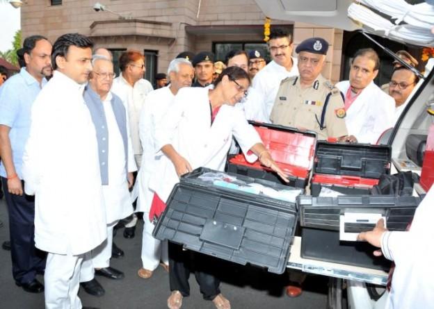 उत्तर प्रदेश के मुख्यमंत्री श्री अखिलेश यादव 18 मई, 2015 को अपने सरकारी आवास पर मोबाइल फोरेन्सिक वैन का अवलोकन करते हुए।