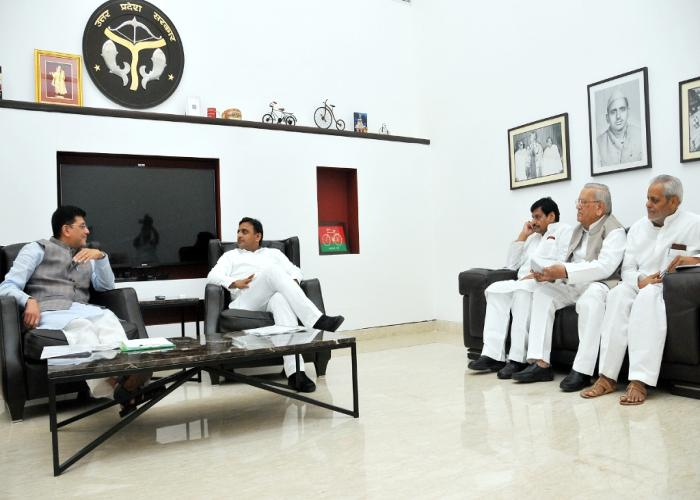 मुख्यमंत्री श्री अखिलेश यादव 9 जून, 2015 को अपने सरकारी आवास पर केन्द्रीय ऊर्जा राज्य मंत्री स्वतंत्र प्रभार श्री पीयूष गोयल का स्वागत करते हुए।