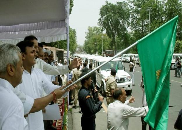 उत्तर प्रदेश के मुख्यमंत्री श्री अखिलेश यादव 10 जून, 2015 को अपने सरकारी आवास पर कृषि विभाग की 26 नई गाडि़यांे को हरी झण्डी दिखाकर रवाना करते हुए।