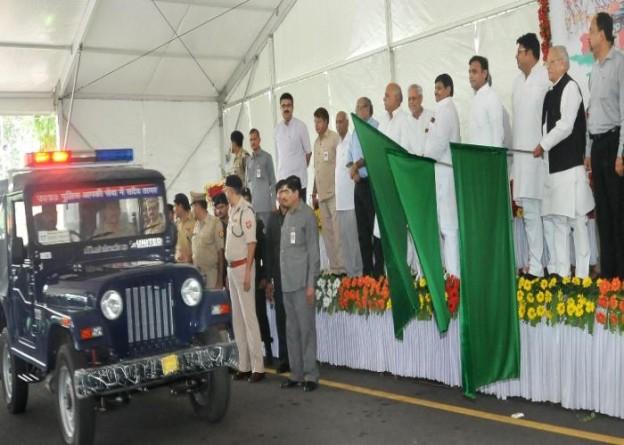 उत्तर प्रदेश के मुख्यमंत्री श्री अखिलेश यादव 30 जून, 2015 को अपने सरकारी आवास से नए चार पहिया पुलिस वाहनों को झण्डी दिखाकर रवाना करते हुए।