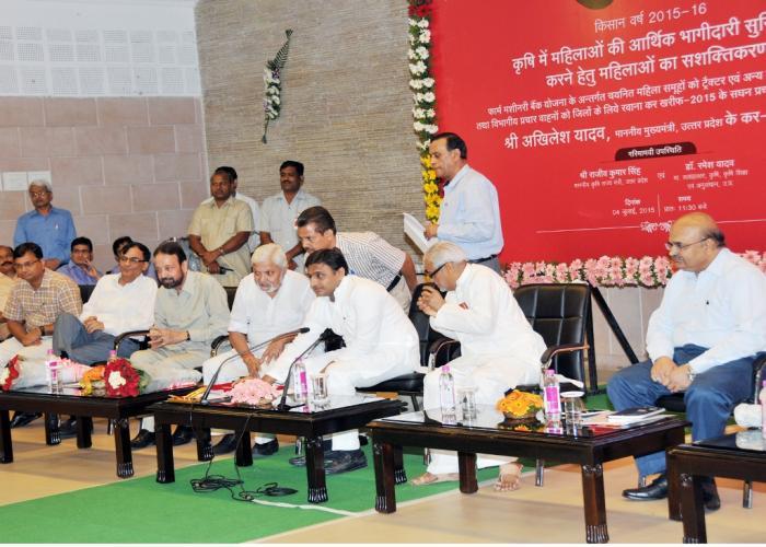 उत्तर प्रदेश के मुख्यमंत्री श्री अखिलेश यादव 4 जुलाई, 2015 को अपने सरकारी आवास पर ईमेल के जरिये शासनादेशों की दैनिक सूचना प्राप्त करने की सुविधा का शुभारम्भ करते हुए।