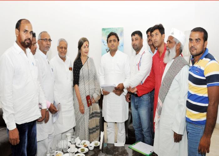 उत्तर प्रदेश के मुख्यमंत्री श्री अखिलेश यादव 8 जुलाई, 2015 को लखनऊ में पूर्व सांसद व सी0पी0एम0 नेता श्रीमती वृंदा करात के नेतृत्व में आए प्रतिनिधिमण्डल से भेंट करते हुए।