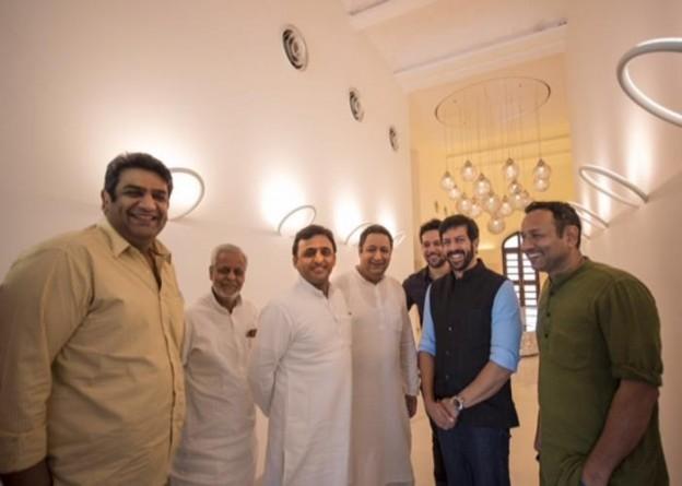 उत्तर प्रदेश के मुख्यमंत्री श्री अखिलेश यादव से 20 जुलाई, 2015 को उनके सरकारी आवास पर सुप्रसिद्ध फिल्म निर्देशक श्री कबीर खान ने भेंट की।