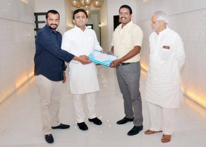 उत्तर प्रदेश के मुख्यमंत्री श्री अखिलेश यादव से 29 जुलाई, 2015 को उनके सरकारी आवास पर सक्कू कम्पनी के निदेशक श्री मधु कोनार्क परूचुरी ने भेंट की।