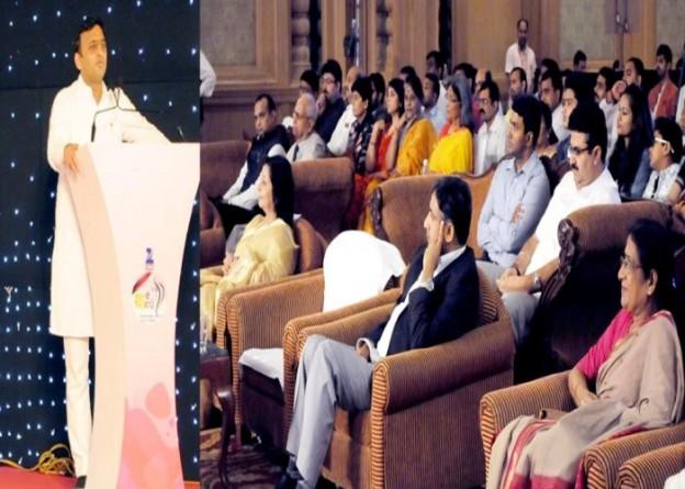 मुख्यमंत्री श्री अखिलेश यादव 10 अगस्त, 2015 को लखनऊ स्थित होटल ताज में ज़ीसंगम चैनल के तत्वावधान में आयोजित 'आधी आबादीमहिला सशक्तिकरण' कार्यक्रम को सम्बोधित करते हुए।