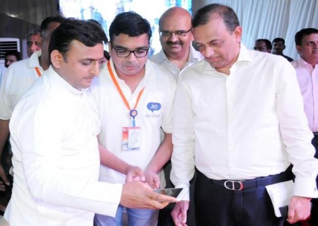 मुख्यमंत्री श्री अखिलेश यादव 16 अगस्त, 2015 को हज़रतगंज, लखनऊ में गंजिंग कार्निवाल समिति द्वारा आयोजित कार्यक्रम में वाईफाई का उद्घाटन करते हुए।