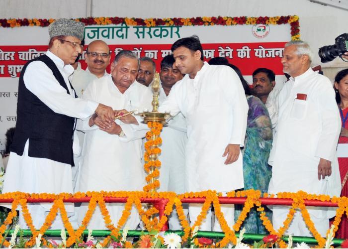 मुख्यमंत्री श्री अखिलेश यादव 18 अगस्त, 2015 को डाॅ0 राम मनोहर लोहिया पार्क, लखनऊ में मुफ्त ईरिक्शा वितरण कार्यक्रम का दीप प्रज्ज्वलित कर शुभारम्भ करते हुए।
