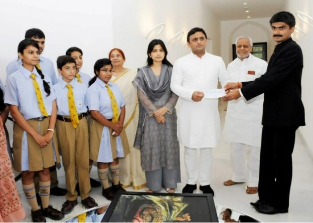 मुख्यमंत्री श्री अखिलेश यादव को 26 अगस्त, 2015 को जिलाधिकारी आजमगढ़ 'मुख्यमंत्री पीडि़त सहायता कोष' हेतु 2 करोड़ 28 लाख रुपए का चेक भेंट करते हुए।