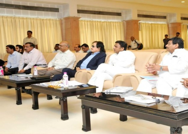 Chief Minister Mr. Akhilesh Yadav gives in-principle approval to desilting of canals, rivers and ponds through modern machines and profits accrued from it