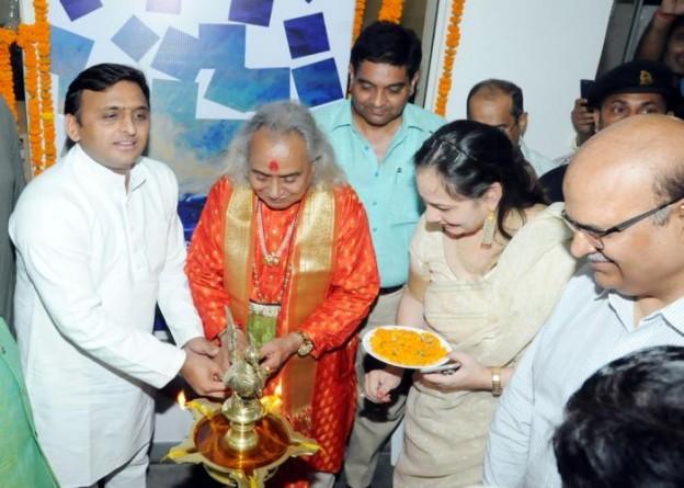 मुख्यमंत्री श्री अखिलेश यादव 5 सितम्बर, 2015 को लखनऊ में चित्र प्रदर्शनी 'द् वूमेन एण्ड कृष्णा' का दीप प्रज्ज्वलित कर उद्घाटन करते हुए।