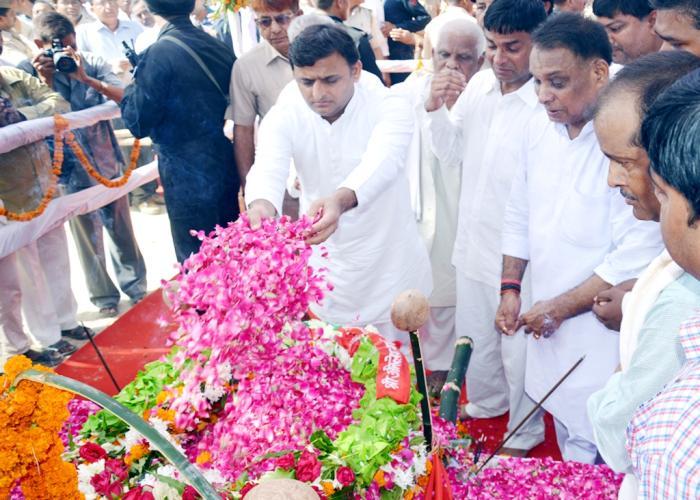 मुख्यमंत्री श्री अखिलेश यादव 8 सितम्बर, 2015 को जनपद फैजाबाद में दिवंगत विधायक श्री मित्रसेन यादव के पार्थिव शरीर पर पुष्प अर्पित करते हुए।