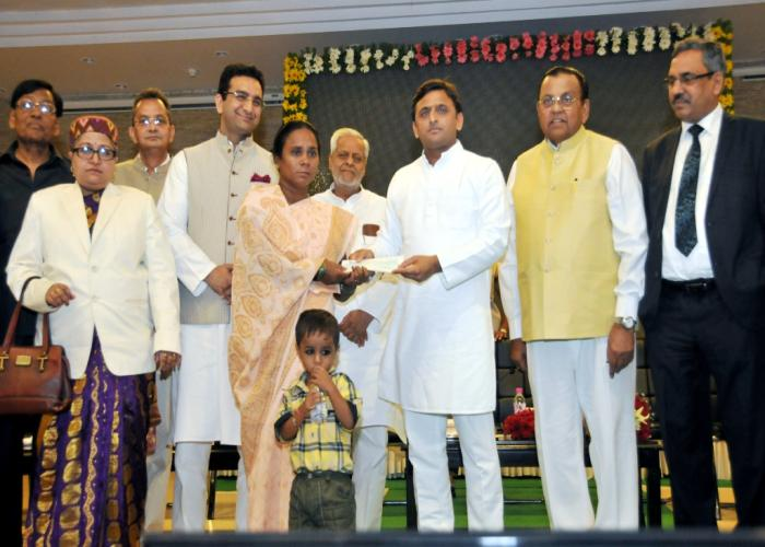 मुख्यमंत्री श्री अखिलेश यादव 12 सितम्बर, 2015 को अपने सरकारी आवास पर दिवंगत अधिवक्ताओं के आश्रितों को आर्थिक सहायता के चेक प्रदान करते हुए।