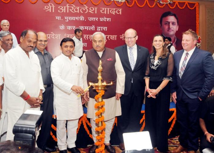 मुख्यमंत्री श्री अखिलेश यादव 22 सितम्बर, 2014 को लखनऊ में राज्य सड़क सुरक्षा नीति शुभारम्भ कार्यक्रम का दीप प्रज्ज्वलित कर शुभारम्भ करते हुए।