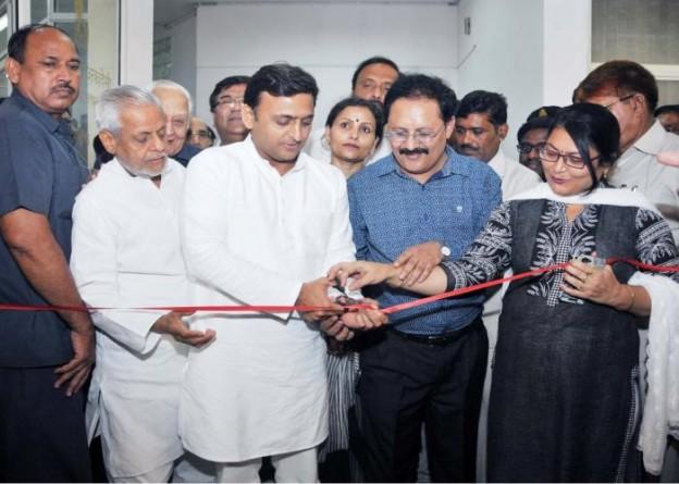 मुख्यमंत्री श्री अखिलेश यादव 16 सितम्बर, 2015 को लखनऊ में फोटो प्रदर्शनी 'शेड्स II' का उद्घाटन करते हुए।