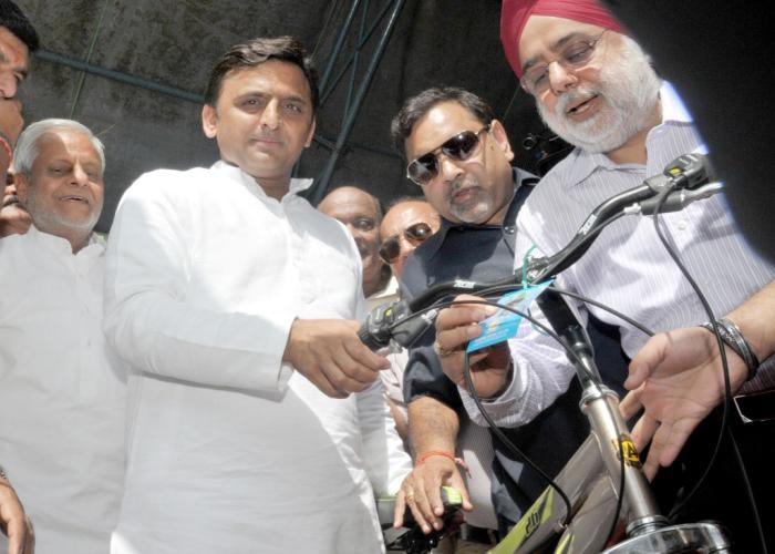 मुख्यमंत्री श्री अखिलेश यादव 26 सितम्बर, 2015 को लखनऊ में आयोजित राष्ट्रीय साइकिल मेला2015 में स्टाल का अवलोकन करते हुए।