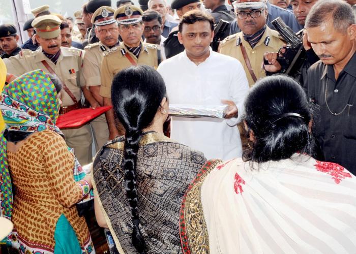 मुख्यमंत्री श्री अखिलेश यादव 21 अक्टूबर, 2015 को रिजर्व पुलिस लाइन्स लखनऊ में 'पुलिस स्मृति दिवस परेड' के उपरान्त शहीद पुलिसकर्मियों के परिजनों के साथ।