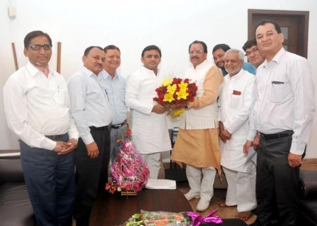 25 सितम्बर, 2014 को उत्तर प्रदेश के मुख्यमंत्री श्री अखिलेश यादव सरकारी आवास पर नेता प्रतिपक्ष, विधान सभा उत्तराखण्ड श्री अजय भट्ट शिष्टाचारिक भेंट करते हुए।