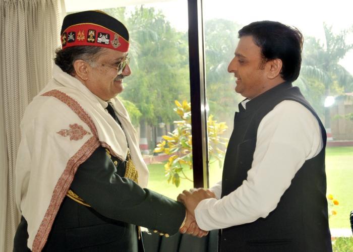 मुख्यमंत्री श्री अखिलेश यादव से 30 नवम्बर, 2015 को उनके सरकारी आवास पर सेन्ट्रल कमाण्ड के जी0ओ0सी0इनसी0 लेफ्टिनेंट जनरल राजन बख्शी मुलाकात करते हुए।