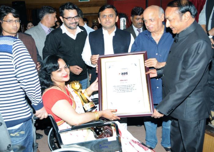 मुख्यमंत्री श्री अखिलेश यादव 02 दिसम्बर, 2015 को लखनऊ में साप्ताहिक समाचारपत्र 'गांव कनेक्शन' द्वारा आयोजित 'स्वयं अवाड्र्स' से एक महिला को सम्मानित करते हुए।
