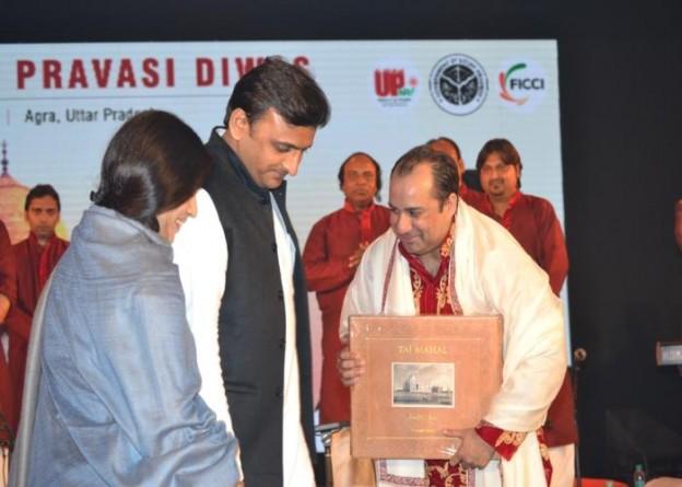 उत्तर प्रदेश के मुख्यमंत्री श्री अखिलेश यादव आगरा में आयोजित 'उ0प्र0 प्रवासी दिवस' के अवसर पर सुप्रसिद्ध गायक श्री राहत फतेह अली खां के साथ।