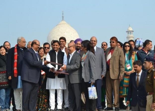 उत्तर प्रदेश के मुख्यमंत्री श्री अखिलेश यादव 5 जनवरी, 2016 को आगरा में प्रवासी भारतीयों के साथ।