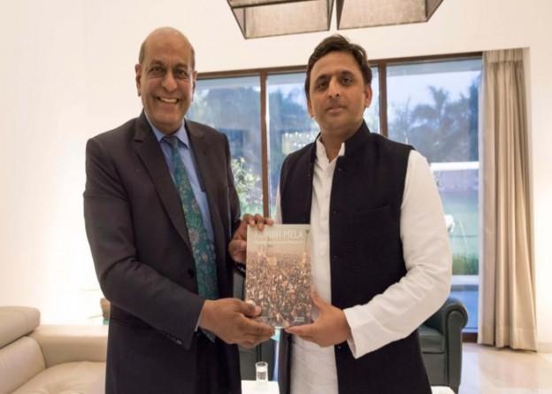 मुख्यमंत्री श्री अखिलेश यादव 15 जनवरी, 2016 को लखनऊ में भारत में माॅरीशस के हाई कमिश्नर श्री जे0 गोबर्धन से भेंट करते हुए।