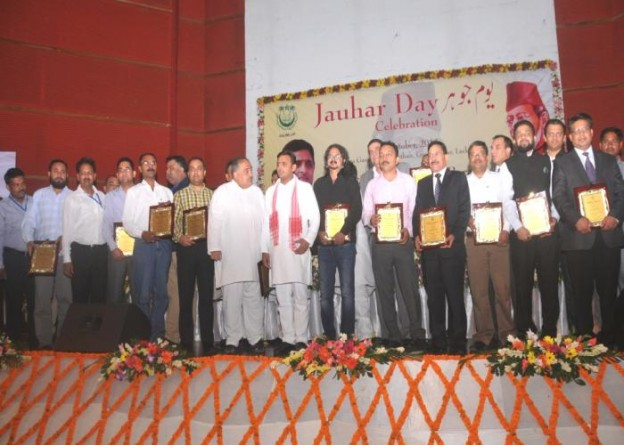 01 अक्टूबर, 2014 को लखनऊ में मुख्यमंत्री श्री अखिलेश यादव 'जौहर डे सेलीब्रेशन' कार्यक्रम में पुरस्कृत किए गए नएपुराने छात्रों के साथ।
