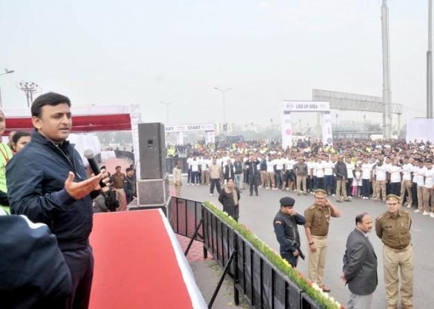 मुख्यमंत्री श्री अखिलेश यादव 7 फरवरी, 2016 को लखनऊ में सिटी हाफ मैराथन2016 के अवसर पर आयोजित कार्यक्रम को सम्बोधित करते हुए।