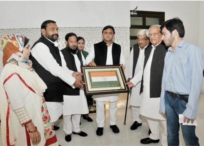 मुख्यमंत्री श्री अखिलेश यादव से 20 फरवरी, 2016 को गेहूं की डण्ठल से कलाकृतियां बनाने वाले कलाकार श्री अलीमुल्लाह सिद्दीकी ने मुलाकात की।