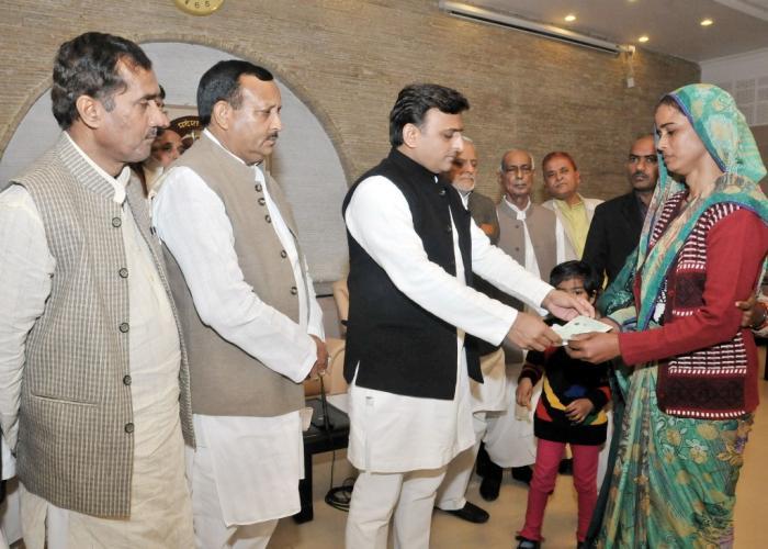 उत्तर प्रदेश के मुख्यमंत्री श्री अखिलेश यादव 24 फरवरी, 2016 को अपने सरकारी आवास पर विभिन्न घटनाओं में मृत वकीलों तथा मजदूर के परिजनों को आर्थिक सहायता के चेक प्रदान करते हुए।