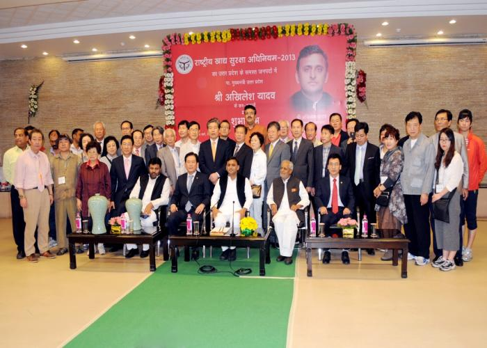 मुख्यमंत्री श्री अखिलेश यादव से 1 मार्च, 2016 को सेण्ट्रल कराक क्लैन सोसाइटी, दक्षिण कोरिया के चेयरमैन श्री किम की जे एवं अन्य प्रतिनिधियों ने भेंट की।