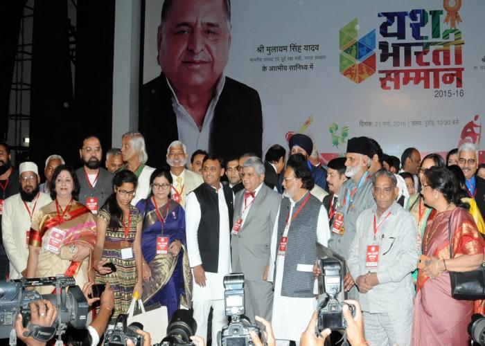 मुख्यमंत्री श्री अखिलेश यादव 21 मार्च, 2016 को लखनऊ में यश भारती सम्मान समारोह में अलंकृत हस्तियों के साथ।