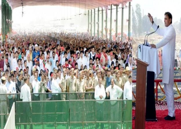 उत्तर प्रदेश के मुख्यमंत्री श्री अखिलेश यादव 23 अप्रैल, 2016 को जनपद इलाहाबाद में विभिन्न विकास परियोजनाओं के लोकार्पण व शिलान्यास अवसर पर सम्बोधित करते हुए।