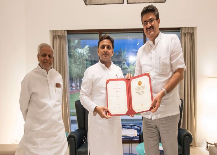 मुख्यमंत्री श्री अखिलेश यादव को 4 मई, 2016 को श्री नवनीत सहगल 'मोस्ट फिल्म फ्रेेन्डली स्टेट अवाॅर्ड' का स्पेशल मेंशन सर्टीफिकेट सौंपते हुए।