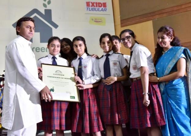 मुख्यमंत्री श्री अखिलेश यादव 20 मई, 2016 को लखनऊ में पर्यावरण विषयक परिचर्चा की विजेता छात्राओं को सम्मानित करते हुए।