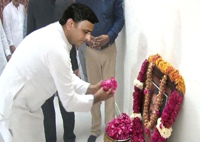 उत्तर प्रदेश के मुख्यमंत्री श्री अखिलेश यादव 13 जून, 2016 को मथुरा में शहीद पुलिस अधीक्षक नगर श्री मुकुल द्विवेदी के चित्र पर पुष्प अर्पित कर श्रद्धांजलि देते हुए।