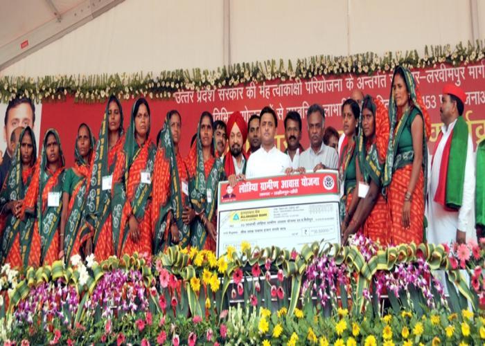 उत्तर प्रदेश के मुख्यमंत्री श्री अखिलेश यादव 20 जून, 2016 को लखीमपुर खीरी में लोहिया ग्रामीण आवास योजना की लाभार्थियों के साथ।
