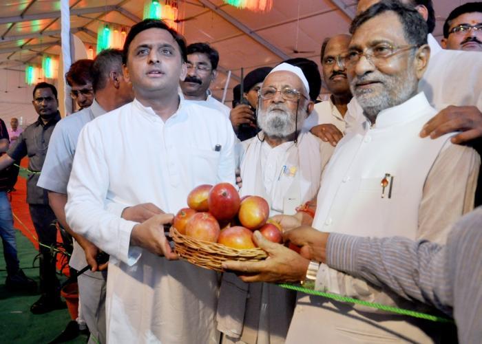 मुख्यमंत्री श्री अखिलेश यादव 25 जून, 2016 को जनेश्वर मिश्र पार्क में 'उत्तर प्रदेश आम महोत्सव, 2016' का शुभारम्भ करते हुए।